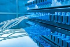 Подача кабеля волокна с стилем технологии против оптического волокна Стоковые Изображения