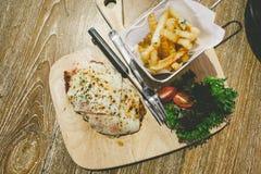 Подача Пармы цыпленка с французскими фраями Стоковая Фотография RF
