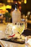 Подача питья пунша и коктеиля на бар Стоковые Изображения