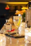 Подача питья пунша и коктеиля на бар Стоковые Фото