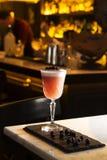 Подача питья пунша и коктеиля на бар Стоковое фото RF