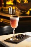 Подача питья пунша и коктеиля на бар Стоковое Фото