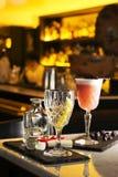 Подача питья пунша и коктеиля на бар Стоковая Фотография RF