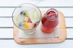 Подача чая льда собственной личности лить с кубом льда с insi замерли плодоовощами, который Стоковые Изображения
