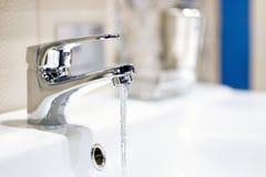 Подача Faucet и воды стоковые изображения