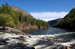 Подачи потока горы в малый Енисей Стоковые Изображения