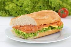 Под багет сандвича на плите с salmon рыбами для завтрака Стоковые Фотографии RF