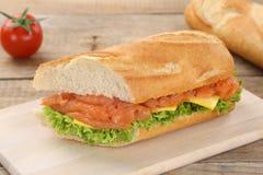Под багет сандвича с salmon рыбами для завтрака Стоковые Изображения