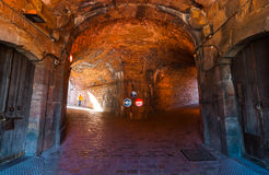 Подвал крепости XVI века воинский прокладывает тоннель в историческом месте на холме Montjuïc, около балеарского моря в Испании Стоковые Фото