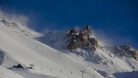 Подвесной подъемник в лыжном курорте Стоковое Фото