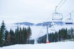 Подвесной подъемник и гора Стоковое Изображение RF