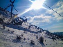 Подвесной подъемник лыжи на заходе солнца стоковое фото