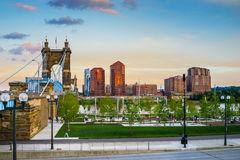 подвес cincinnati john Огайо моста roebling Заход солнца висячего моста Roebling, Цинциннати, Огайо Стоковое Фото