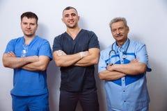 Под взглядом хирургов держа медицинские инструменты в руках Концепция здоровая Стоковое Изображение