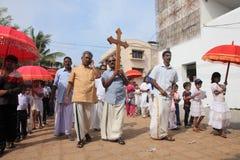 Подвижники держат святой крест на их голове стоковая фотография rf