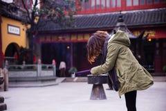 Подвижники КИТАЯ освещают вверх амулет-ручки на виске стоковая фотография