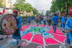 Подвижники покрасили дорогу накануне yatra rath в городе Kolkata Стоковые Изображения