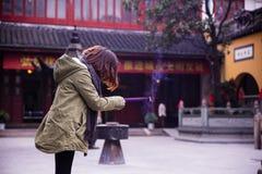 Подвижники ШАНХАЯ освещают вверх амулет-ручки на виске стоковые фотографии rf