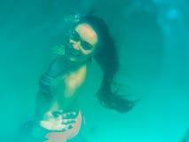 Подводная девушка в бассейне Стоковое фото RF