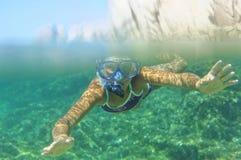 Подводная девушка snorkeling Стоковые Фото
