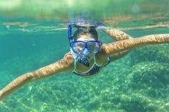Подводная девушка snorkeling Стоковое фото RF