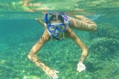 Подводная девушка snorkeling Стоковое Изображение