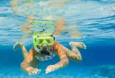 Подводная девушка snorkeling Стоковая Фотография RF
