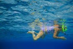 Подводная девушка snorkeling Стоковая Фотография