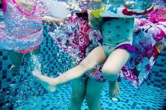 Подводное pohto ног азиатской китайской семьи Стоковое фото RF