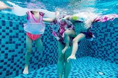 Подводное pohto ног азиатской китайской семьи Стоковое Изображение
