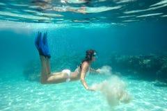 Подводный всход девушки в бикини Стоковые Изображения