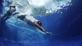 Подводный всход пар в бассейне акции видеоматериалы