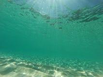Подводный карибский seascape с aqua, песком и солнцем излучает Стоковые Изображения RF