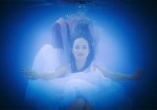 Подводный конец вверх по портрету женщины Стоковое Фото