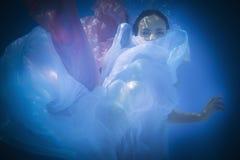 Подводный конец вверх по портрету женщины Стоковое Изображение