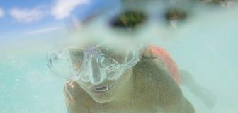 Подводный портрет мальчика, snorkelling в маске стоковое изображение rf