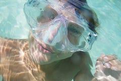 Подводный портрет мальчика, snorkelling в маске стоковые изображения rf