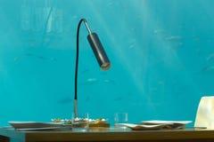 Подводный ресторан, который служат белая посуда Стоковые Изображения