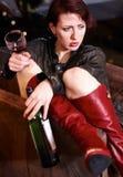 Подвыпившая милая женщина держа бокал и бутылку стоковые изображения