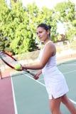 подготавливайте теннис подачи к женщине Стоковые Фото