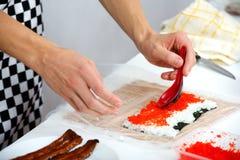 Подготавливает суши крена Филадельфии Стоковые Фото