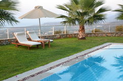 Подготавливайте на лето: sunbeds бассейном Стоковое Фото