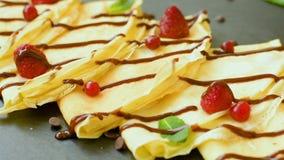 Подготавливайте для еды блинчиков с сиропом шоколада видеоматериал