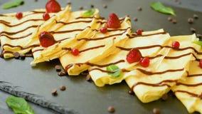 Подготавливайте для еды блинчиков с шоколадом и ягодами сток-видео
