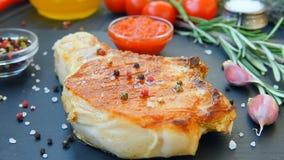 Подготавливайте для еды мяса с красными соусом и специей сток-видео