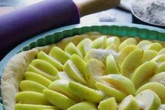 Подготавливайте для того чтобы испечь яблочный пирог Стоковое фото RF