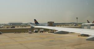 Подготавливать авиакомпаний Люфтганзы плоский принять  видеоматериал