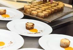 Подготавливать еду в кухне ресторана Стоковая Фотография