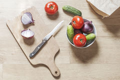 Подготавливать еду на деревянном столе Стоковые Изображения RF