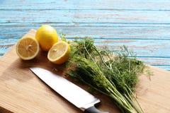 Подготавливать еду для салата соуса ингридиентом лимон и кориандр на деревянном блоке стоковые изображения rf